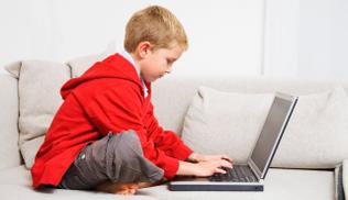 """El 83% de las familias se ven """"capacitadas"""" para mediar entre los menores e internet"""