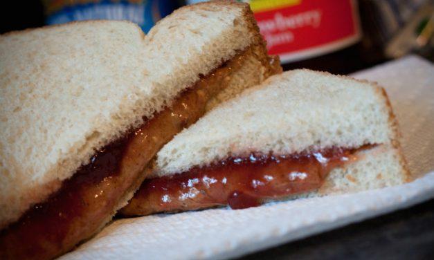 Sándwich de crema de cacahuete o bocadillo de jamón